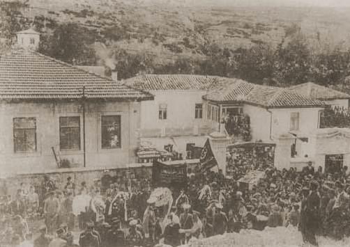 Gaspıralı İsmail Bey'in aziz naaşı, Bahçesaray'daki evinin avlusundan kalabalığın omuzlarında çıkarılırken (12 Eylül 1914)
