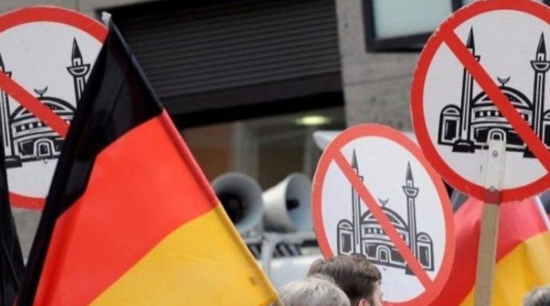 Almanya'da camiye saldırı! Caminin içine zarar verilerek Kur'an-ı Kerim yırtıldı