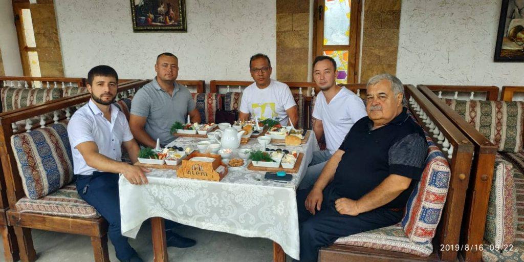 Noman Çelebicihan Cami inşaatı Proje sorumlusu Mimar mühendisler Emil yunusov, Ziya Aliyev ile Kebir Camii imamı Edem lumanov ve Mansur Halilov Dünya Kırım Tatar Dernek Başkan vekili Şevket Öndüç