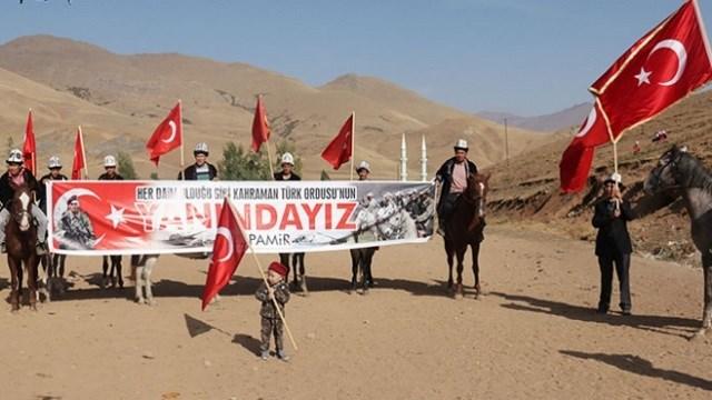 """Van'ın Erciş ilçesindeki Ulupamir Mahallesi'nde yaşayan Kırgızlar, köy meydanında bir araya gelerek, """"Kahrolsun PKK"""", """"Vatan Sana Canım Feda"""" sloganları attı. Barış Pınarı Harekatı'na destek veren Kırgızlar adına açıklama yapan Ulupamir Mahallesi Muhtarı Eyüphan Koşar, şöyle konuştu: """"Bilindiği gibi biz 35 yıldır buradayız, terörle mücadelede devletimizin, ordumuzun, askerimizin yanındayız. Bugün de devletimiz bu terör belasına karşı bir harekata geçmiştir. Dinini, vatanını, namusunu, şerefini ve malını korumak için her türlü müdafaa hakkımız var. Ordumuzun yanındayız sonuna kadar güvenlik korucuları olarak devletimizin emrindeyiz."""" """"Yaşlısıyla, genciyle Mehmetçiğimizin yanındayız"""" Vatanın huzuruna, güvenliğine göz dikenlere asla müsaade etmeyeceklerini ifade eden Koşar, operasyona katılan Mehmetçiklere dua ederek sonuna kadar devletin yanında olduklarını belirtti. Ulupamir Kökbörü Spor Kulübü ve Derneği Başkanı Yakup Timur Baş da, operasyonun başarılı sonuçlanacağına inandıklarını anlatarak, şunları söyledi: """"Cumhurbaşkanımızın talimatıyla başlatılan operasyonunda, devletimizin yanında olduğumuzu belirtmek istiyorum. Yediden yetmişe hepimiz duayla emir gelirse cephede savaşmak için hazırız. Bu vatan için, bu toprak için yaşlısıyla, genciyle, hepimiz Mehmetçiğimizin yanındayız. """""""